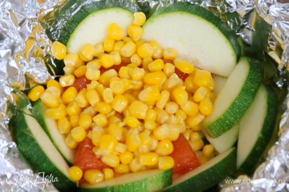 Затем выложить слой кукурузы.