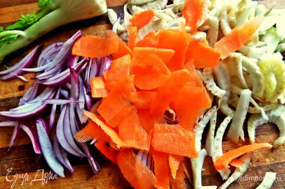 Морковку я люблю в салат подать тонкими слайсами при помощи овощечистки.