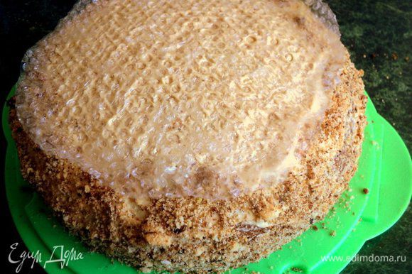 Верх и бока торта так же смазать кремом. Бока торта обсыпать бисквитной крошкой или крошкой из печенья. Чтобы верх торта напоминал соты, сверху приложить кусочек упаковочной пленки с пузырьками, слегка придавить и поставить торт в холодильник на 3 часа и более.