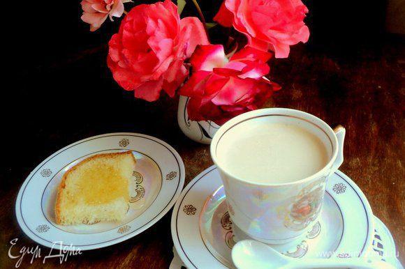 В чашку вылить молоко с растворенным сыром, добавить кофе, сахар и соль на кончике ножа. Размешать и можно наслаждаться! Приятного аппетита!