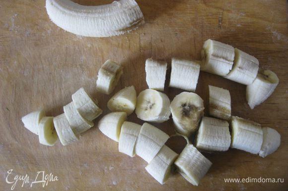 Для наших кексов нужны спелые бананы. Бананы очистить от кожуры, 2 1/2 банана нарезать. 1/2 банана отложить пока в сторону, нам понадобится для украшения.