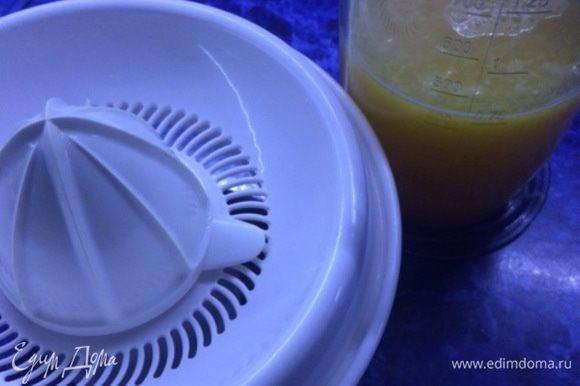 Приготовим сок, в моем случае из апельсинов. Можно использовать для приготовления мармелада любой свежевыжатый сок на ваш вкус.
