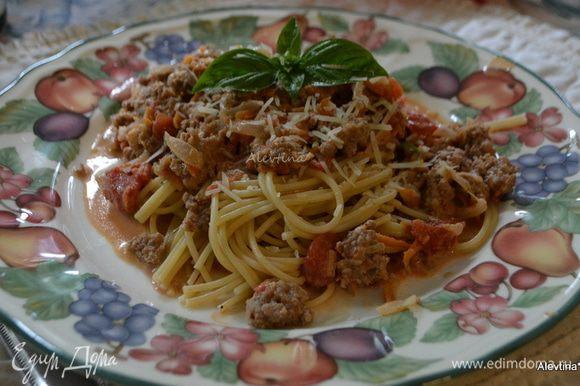 Помытый базилик листья порезать крупно. Спагетти разложим по тарелкам, сверху мясной соус, посыпать пармезаном и базиликом. Подаем тут же. Приятного аппетита.