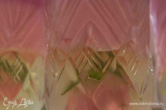 Заливаем затем тёмно-розовым слоем. Всё застывает. Фужеры на секунды опускаем в тёплую воду. Достаём композиции. Ставим на блюда для подачи, декорируем.