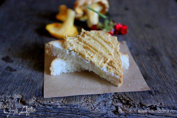 По желанию можно добавить немного трюфельного масла в готовый паштет. При подаче намазывать паштет на кусочек хлеба, сверху посыпая мелко нарезанным луком и свежей зеленью.