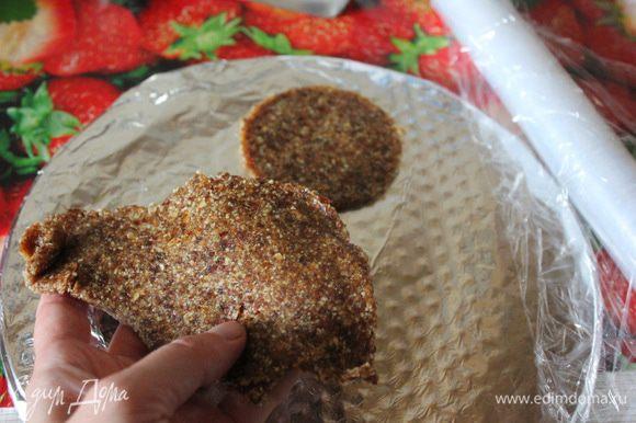 Можно раскатать получившуюся массу с помощью скалки, подложив пищевую пленку для удобства, или просто утрамбовать равномерно в порционном кольце (диаметром 7,5 см).