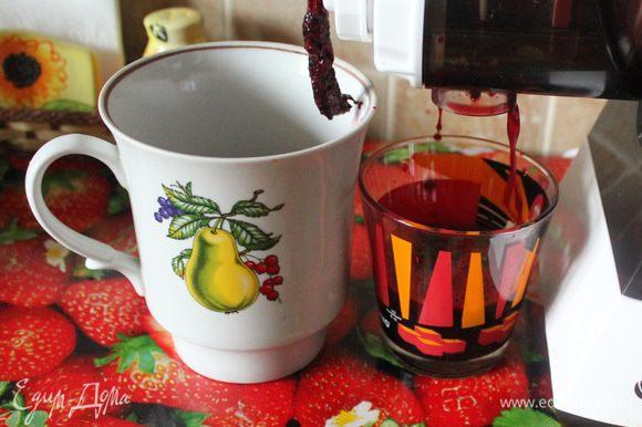 Вишню помыть, удалить косточку. Приготовить вишневый сок в соковыжималке.