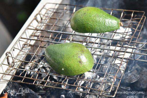 Запекать на гриле 5-7 минут на среднем жаре, чтобы весь авокадо немного пропекся - стал помягче, но не зажарился совсем.