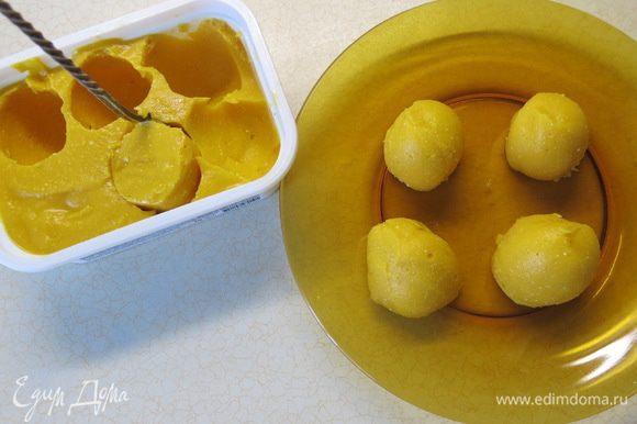 Тщательно застывшую фруктово-творожно-овощную массу круглой ложечкой достаём из формы, формируя сферические штучки).