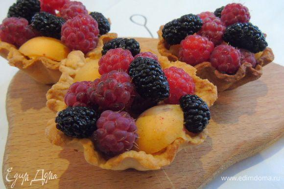 Когда корзинки остынут, выложит в них ягоды, у меня малина, шелковица и абрикосы.