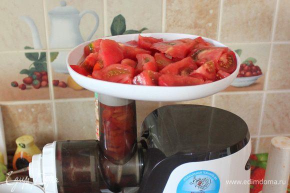 Нарежьте помидоры на четвертинки и положите в мясорубку, используя насадку для приготовления сока.