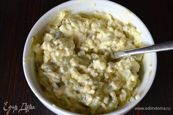 Смешать нарезанные овощи с майонезом; посолить и поперчить по вкусу. Перемешать. Заправка готова!