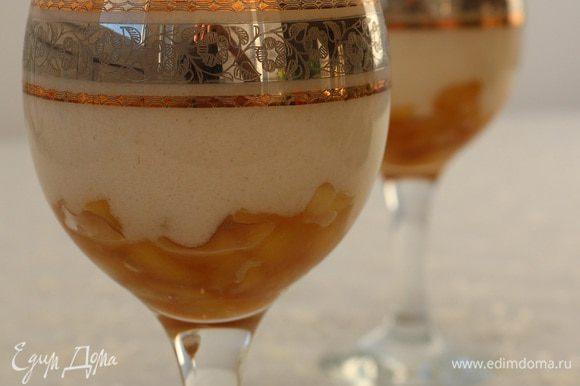 """Собираем нашу """"Яблочную фантазию"""": на дно бокала выкладываем карамелизованные яблоки, а сверху яблочный мусс, наш десерт готов, можно подавать..."""