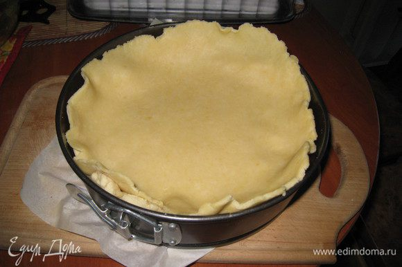 Выкладываем на верх начинки. Укладывать верхушку нужно быстро, т.к. пирог горячий и тесто начинает таять.