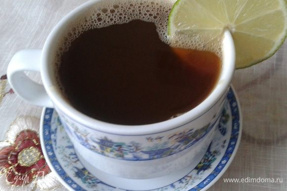 В чашке смешаем мед и сок лайма. Процеживаем наш кофе в чашку, перемешиваем и подаем сразу! Приятного кофепития!