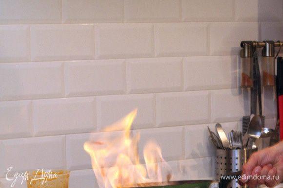 Фламбируем фрукты: обжаривая по очереди панированные фрукты на сливочном масле по 30 секунд с обеих сторон. Поливаем фрукты в сковороде виски, поджигаем пары. В этот момент можно гасить или приглушать свет, чтобы наблюдать за данным этапом приготовления, которое приобретает элемент шоу.