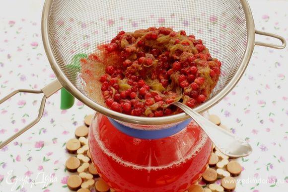 Протрите ягодно-овощную смесь через сито.
