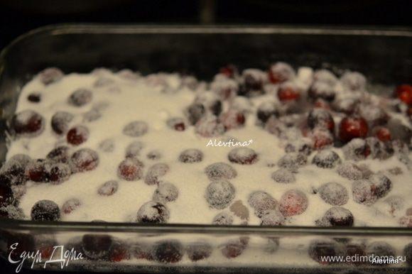 Разогреть духовку до 150 гр. Выложить очищенную и промытую ягоду в прямоугольную форму для запекания. Посыпать сверху сахаром, если не любите кислого, то добавьте еще сахар немного. Поставить в разогретую духовку запекаться на 30 минут или 35 минут, если ягоды были замороженные.