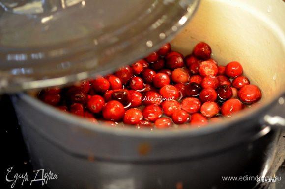 Выложить очищенную и промытую клюкву в кастрюлю. Добавить воду и готовить примерно на высоко-среднем огне 15 мин.