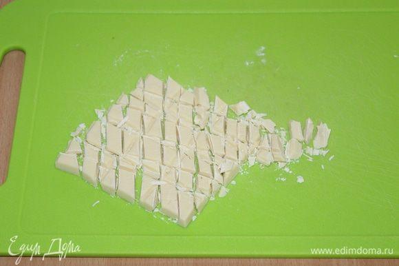 Измельчите белый шоколад.