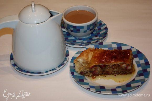 Вместе с пахлавой можно подать чашечку ароматного имбирного чая с кардамоном. Приятного вам чаепития!