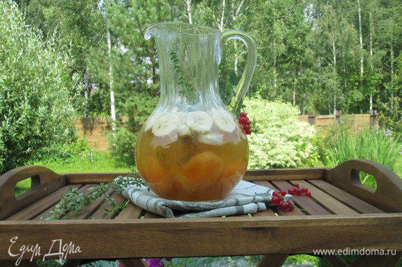 К фруктам в сиропе добавляем алкогольные напитки: вино, ликер и шампанское. Банановый ликер можно успешно заменить абрикосовым или персиковым.