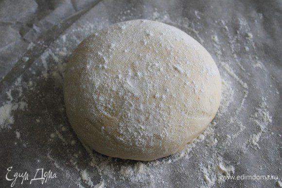 Через час тесто нужно обмять и сформировать хлеб, слегка припудривая мукой.