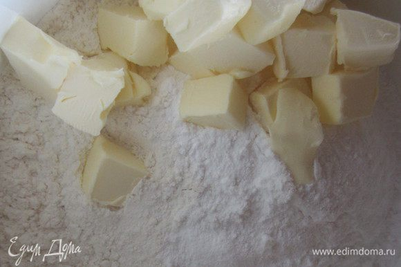В миксере смешать в мелкую крошку муку, сахарную пудру и кусочки сливочного масла.