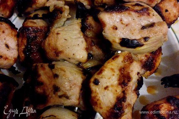 За 30 минут до жарки натираем киви на мелкой терке, ну или просто давим руками и кладем в чашку с мясом, хорошо перемешиваем. Киви сделает мясо намного мягче. За 15 минут до жарки сливаем лишнюю жидкость, добавляем яйцо и ложку муки, хорошо перемешиваем, создавая подобие оболочки из теста. Насаживаем мясо на шампуры, чередуя с луковыми лепестками. А как жарить шашлык, думаю, объяснять никому не нужно)))
