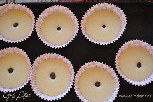 Другие с марципановым сюрпризом. У меня шоколадный марципан. Я скатала небольшие шарики и положила по одному в тесто.