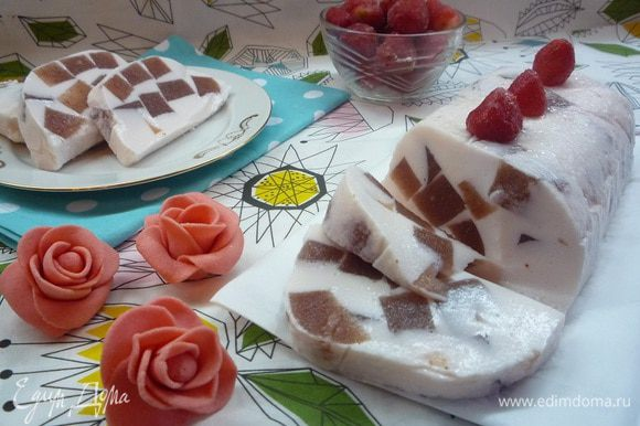 Вот и все, наш десерт готов!!! Нарезаем дольками или произвольно, как вам нравится и наслаждаемся нежным клубничным вкусом!!! За фигуру можно не переживать, йогурт и молоко обезжиренные!!! Приятного аппетита!!!