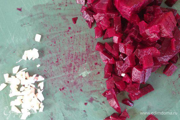 Вареную свеклу очистить, порезать на мелкие кубики, дольку чеснока измельчить.