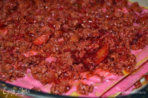 Выкладываем в жаропрочную посуду листы лазаньи,затем соус и сверху мясной фарш.Так повторяем несколько слоев.Верхний слой покрываем соусом и посыпаем тертым сыром.Закрываем форму фольгой.