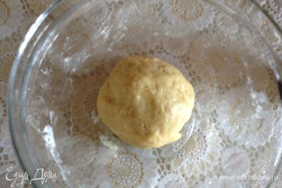 Посуду и само тесто смазать растительным маслом и оставить на 30 минут, накрыв полотенцем.