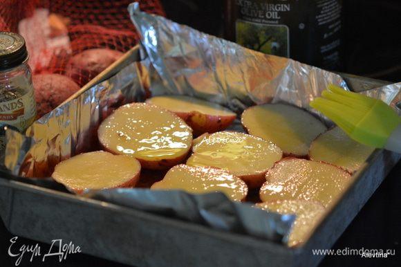 Картофель красный среднего размера помыть, разрезать на 2 части. Смазать маслом.