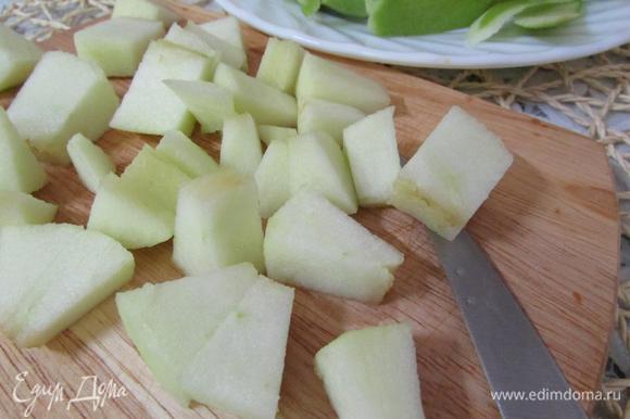 Яблоко порезать кусочками.