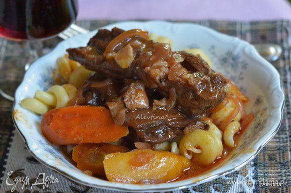 Выложить говяжьи ребрышки, морковь и полить мясным овощным соком. Подаем к столу тут же.