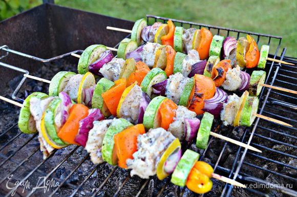 Поместите брошеты на хорошо разогретую и смазанную растительным маслом решетку и запекайте над средними углями, перевернув брошеты 2 - 3 раза, до готовности, примерно 12 мин. Посолите и поперчите во время готовки.