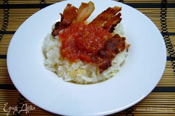 Подавать рис горячим, полив его соусом и украсив беконом.