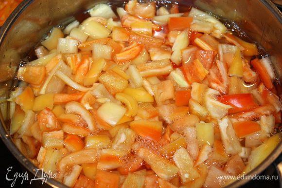 Болгарский перец нарезаем на кубики и опускаем в кипящую воду на 5-7 минут.