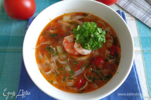 Можно добавить лапшу к супу, а можно разложить ее по суповым пиалам и сверху налить суп. Делайте как вам удобнее.