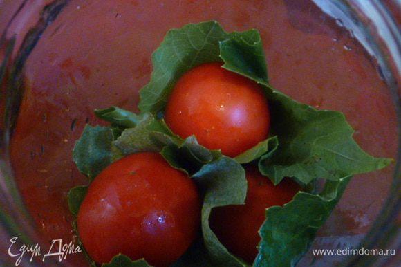 На дно литровой баночки кладем 2 листика и сверху на них помидоры в листьях.