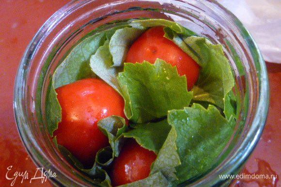 Укладываем помидоры как можно плотнее. Кстати, можно просто чередовать помидоры с листьями (по 3-4 штуки, через каждый слой помидор.