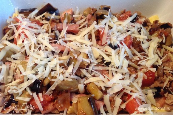 И 1/4 часть тертого сыра. Повторите и сверху выложите оставшиеся листы лазаньи.