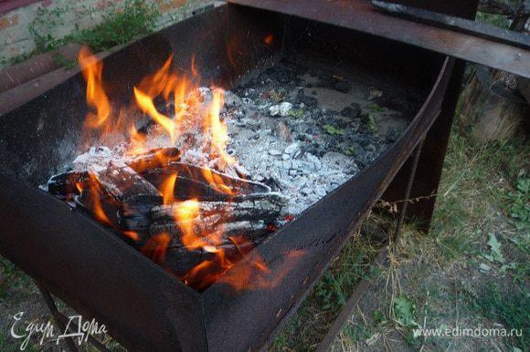Тем временем разжигаем мангал!