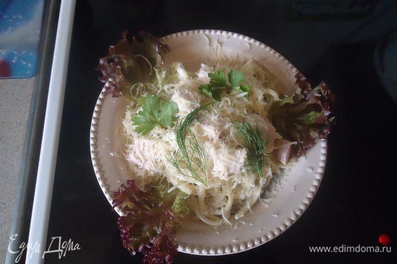 Спагетти выкладываем в кастрюлю с кипящей водой, солим по вкусу.