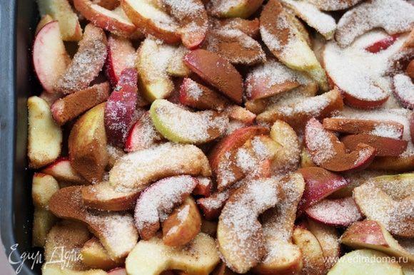 Плотно уложить нарезанные яблоки на противень, посыпать их корицей, лимонной кислотой и сахаром (около 50 г оставить на окончательную посыпку), хорошенько перемешать. Поставить в разогретую до 180-200 градусов духовку, на 25 минут.