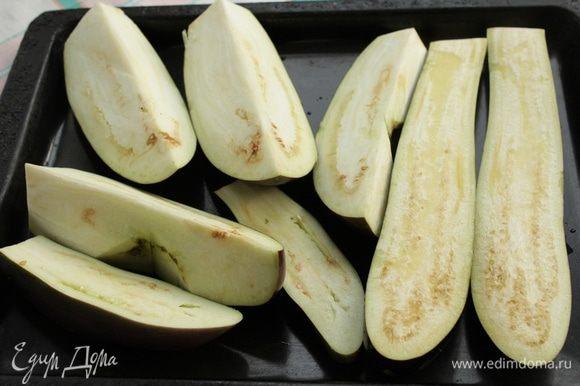 Баклажаны разрезать, смазать растительным маслом и запечь в духовке до мягкости мин 40.