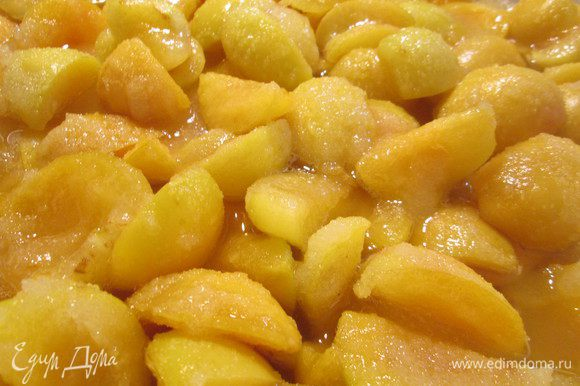 Хорошо промытые ягоды или фрукты нарезать ломтиками, выложить в чашку и пересыпать 1/2 частью сахара от веса фруктов. Оставить на 20 минут до появления сока. Затем добавляем остальной сахар, перекладываем в горшок и заливаем ромом, чтобы фрукты были закрыты на 1-2 см.