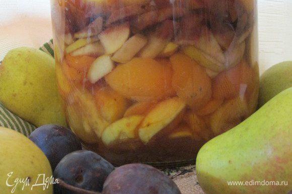 Убираем горшок в темное место до следующей закладки фруктов и по мере появления нового урожая, добавляем фрукты в наш заветный горшочек. Появляются разноцветные слои. Особенно красиво выглядят сливы темных сортов, которые слегка окрашивают соседние слои.